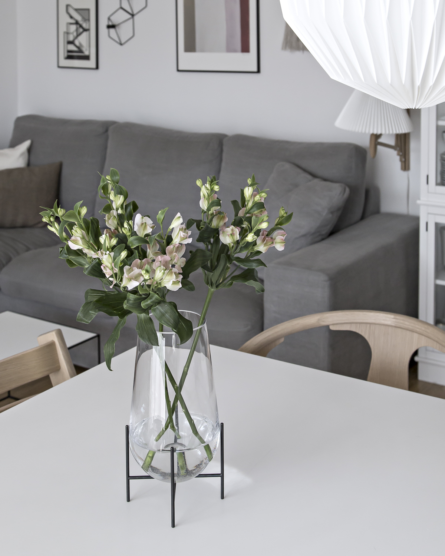 Echasse Vase – Friday Flowers